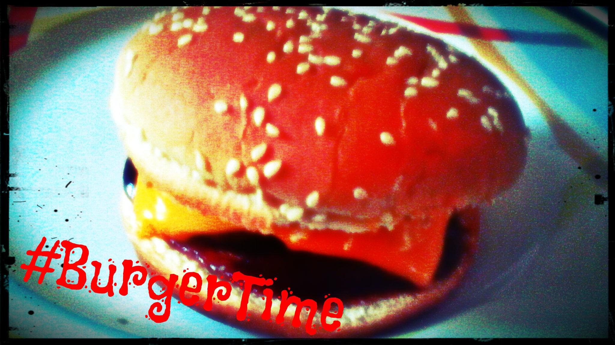 Selbstgemachter Cheeseburger auf Teller, mit dem Hashtag BurgerTime